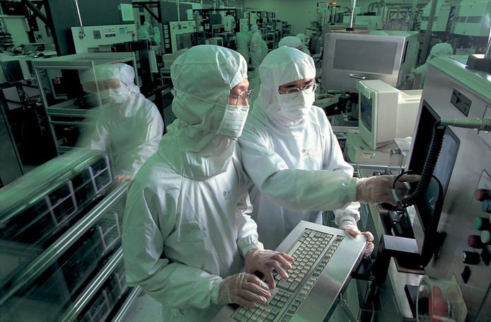 Medewerkers van TSMC tijdens productie van chips.