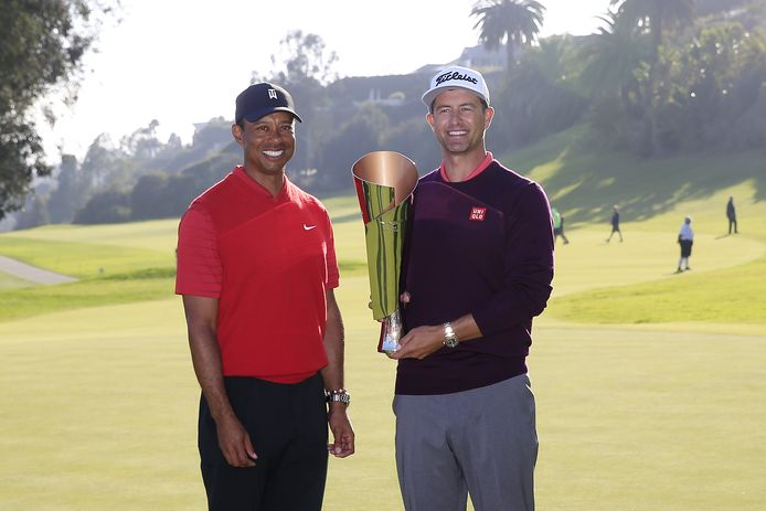 Winnaar Adam Scott (r) poseert met gastheer Tiger Woods.