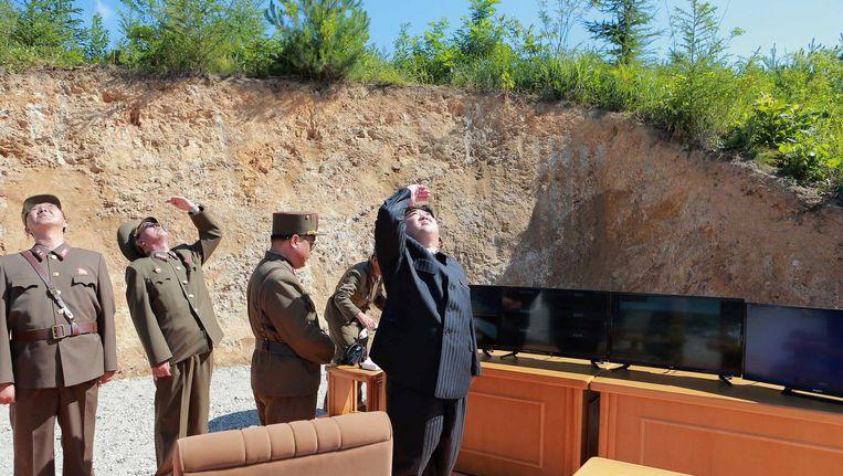 De Noord-Koreaanse leider Kim Jong-un kijkt toe bij een rakettest op deze ongedateerde foto die het officiële persbureau woensdag 5 juli vrijgaf. Beeld reuters