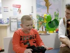 Rico Verhoeven verrast zieke kickboksfan als clown
