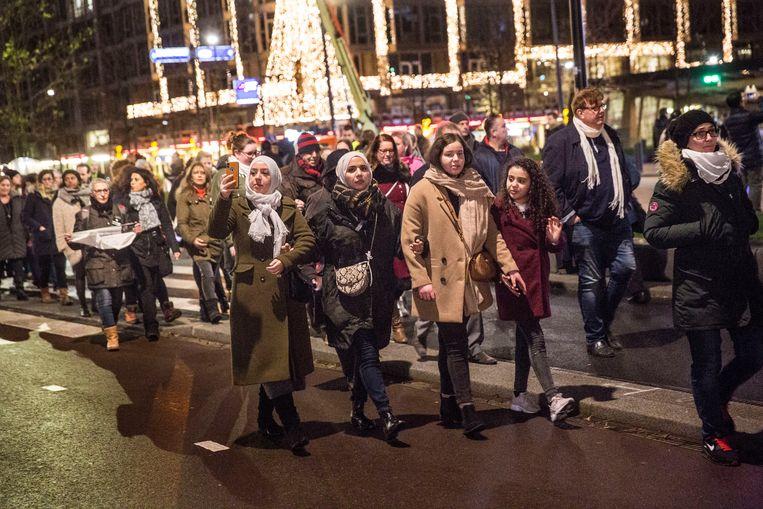 In Rotterdam werd een stille tocht gehouden om aandacht te vragen voor geweld tegen vrouwen. De aanleiding is de recente moord op de 16-jarige Humeyra. Beeld Arie Kievit