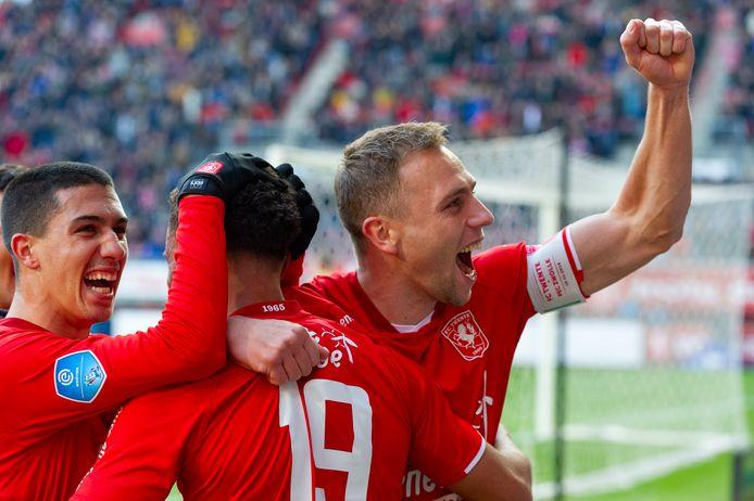 Xandro Schenk (rechts met aanvoerdersband) is bezig aan zijn tweede seizoen bij FC Twente.