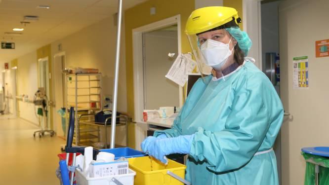 """Poetsvrouw Saskia Cruits (41) in RZ Tienen: """"Patiënten zijn dankbaar dat je hun kamer schoonmaakt. En dat babbeltje erbij doet zichtbaar wonderen"""""""