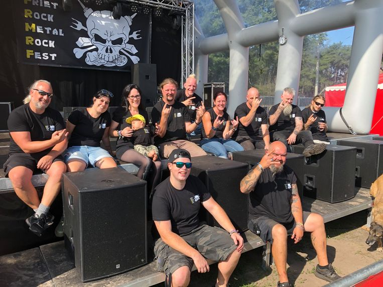Inge Daems en Jan Daneels (derde en vierde van links) met een deel van de vrijwilligers op het podium van Friet Rock Metal Rock Fest.