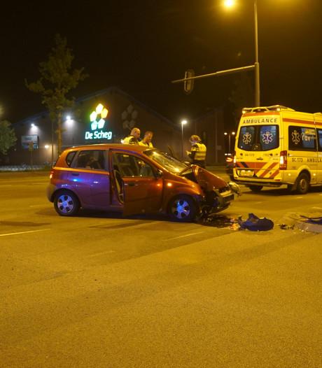 Automobilist gewond na botsing met lantaarnpaal in Deventer