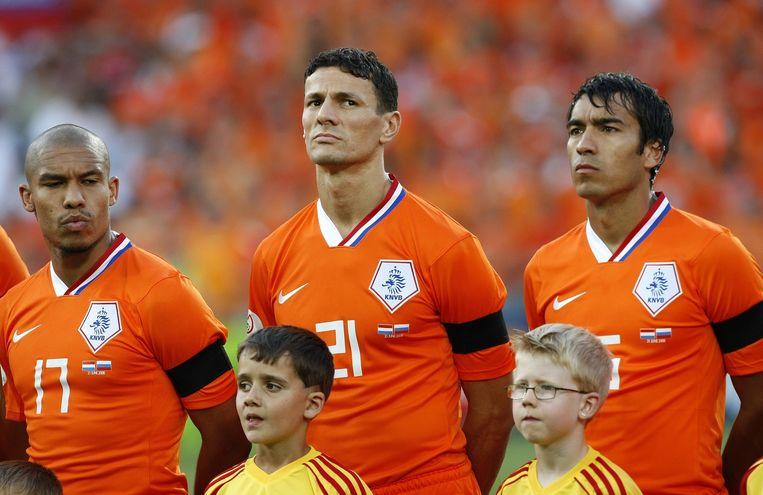 Oranje speelt met rouwbanden tijdens de wedstrijd tegen Rusland op het EK van 2008 Beeld anp