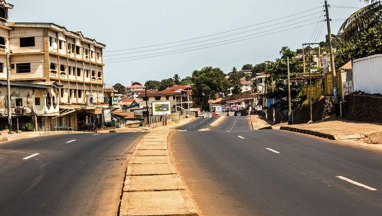 Een verlaten straat in Sierra Leone. De regio Forecariah aan de grens met Sierra Leone was tijdens de grote epidemie al het zwaarst getroffen gebied. Beeld ap