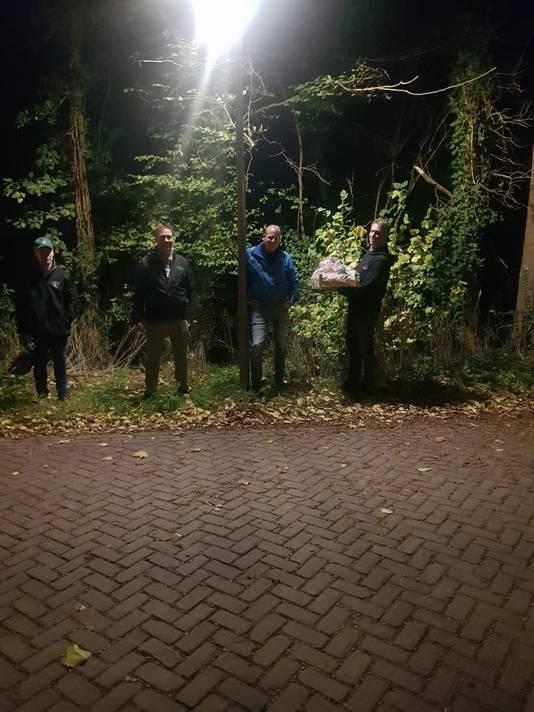 De boeren, vlak voor hun bezoek aan het woonadres van Rob Jetten, met het voedselpakket dat ze voor hem hadden meegenomen.
