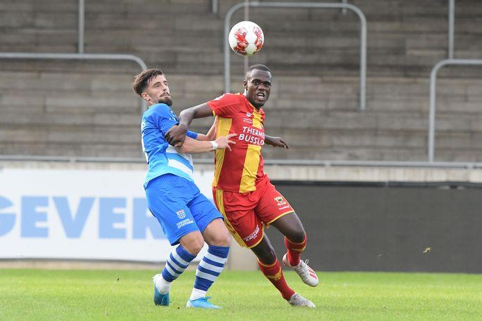 Samuel Wakana is namens Go Ahead Eagles sterk aan de bal in duel met Zwollenaar Destan Bajselmani.