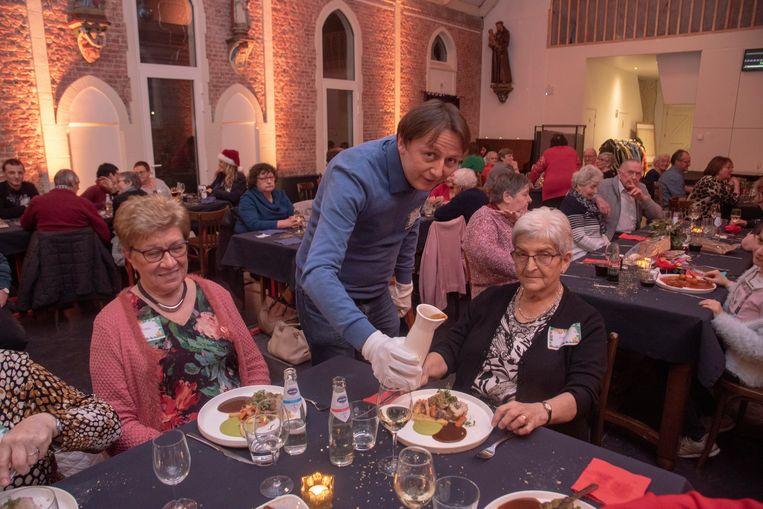 In de Kapelle van de Bruinbeke in Wichelen vierden zo'n 60 alleenstaanden en ouderen samen kerstavond met burgemeester Kenneth Taylor.
