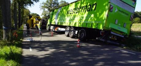 Vrachtwagen zakt weg in berm Corleseweg