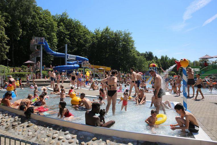Een bomvol zwembad op het provinciedomein.