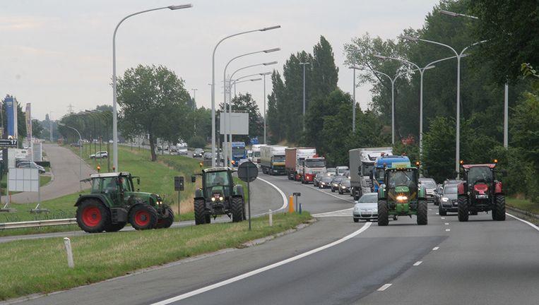 Boeren blokkeren het op- en afrittencomplex van de E17 in Sint-Niklaas.