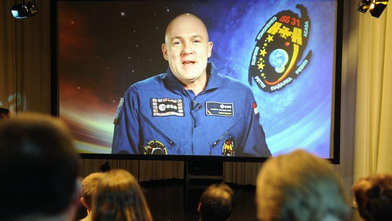 Journalisten stellen vragen via een groot scherm bij ESA tijdens eerste de persconferentie van André Kuipers na terugkomst op aarde. Beeld ANP