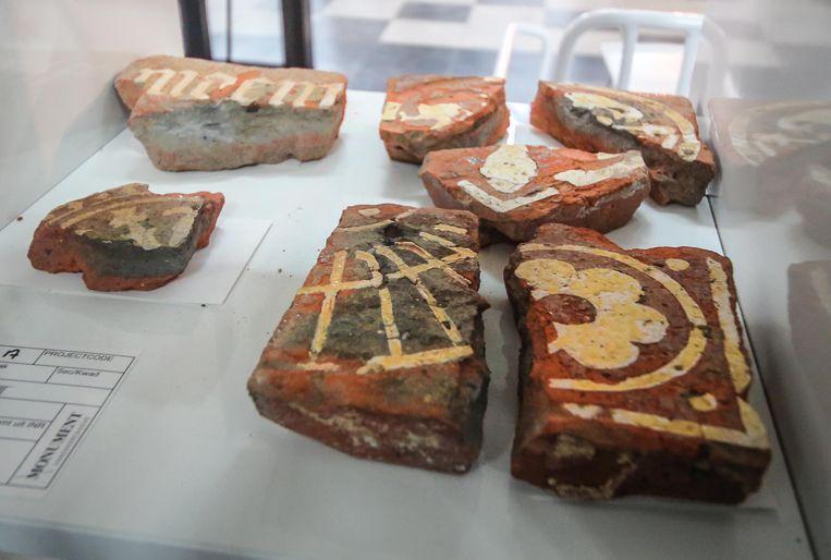 Vloertegels gevonden bij de opgravingen op site Meersen.