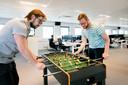 De broers Hugo (links) en Ab Tamis spelen in hun pauze een potje tafelvoetbal bij ICT-bedrijf Uniserver.