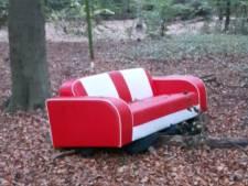 Twee dumpingen per week; weet jij wie deze bank in het bos heeft gezet?
