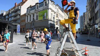 Aandacht, aandacht! Straatartiesten wijzen shoppers op ludieke wijze op coronamaatregelen