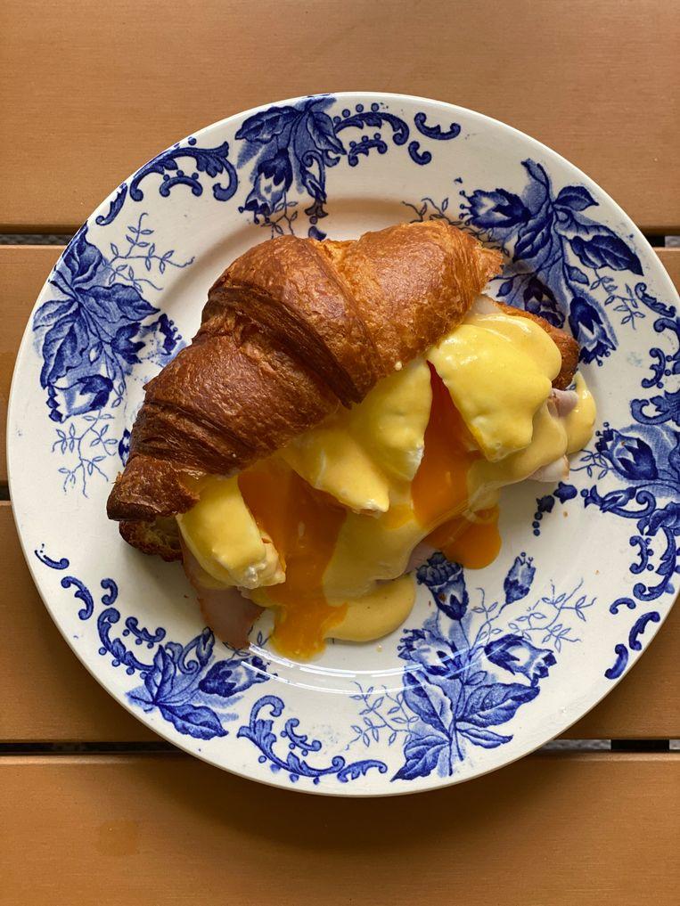 De croissant is groot, kraakvers en flaky.  Beeld Monique Van Loon