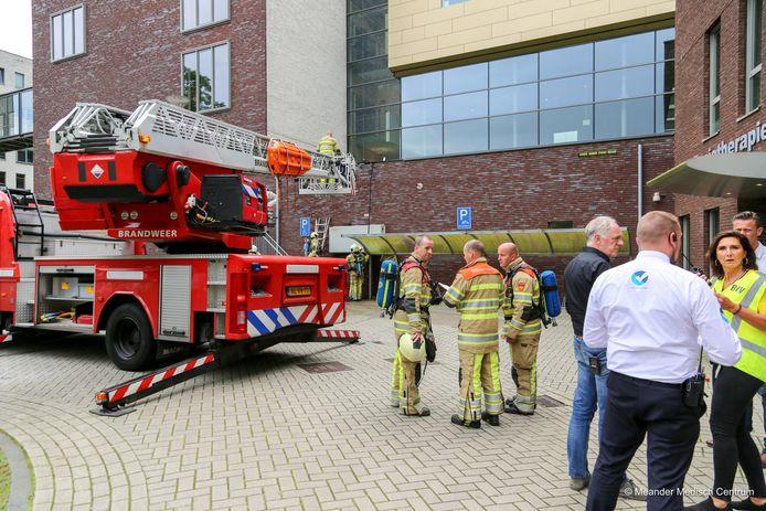 Brandweer en BHV'ers van het Meander overleggen over de ontruiming.