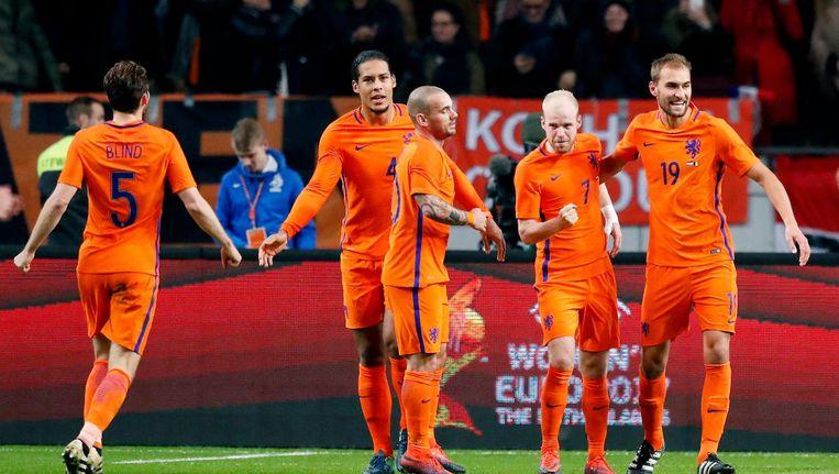 Davy Klaassen scoort en viert de 1-0 met o.a. Virgil van Dijk , Wesley Sneijder en Bas Dost. Beeld Pro Shots