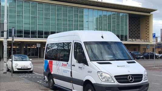 Bravoflex-busje bij het station in Eindhoven. Het flexibel vervoerssysteem geeft momenteel gratis 'probeerkaartjes' weg.