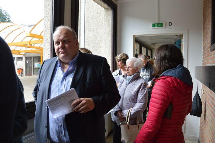 In Ninove moest Guy D'haeseleer eerst een uurtje aanschuiven voor hij kon stemmen.