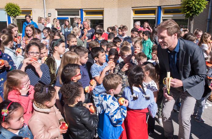 Wethouder Marcel Companjen kiest voor een banaan bij de start van het project Schoolfruit, waarbij de kinderen van de basisscholen twee keer per week fruit en groentje krijgen.