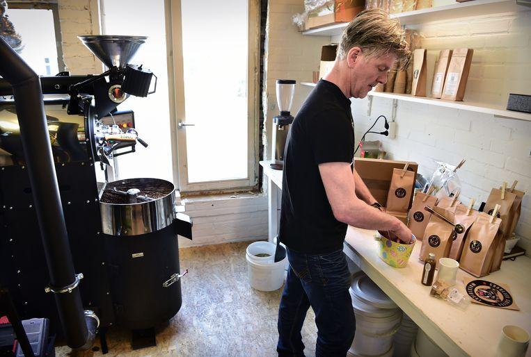 Charles Ubachs van Charlie's Coffee Maestricht maakt pakketjes met koffie en paaseieren om bij mensen thuis te bezorgen. Beeld Marcel van den Bergh