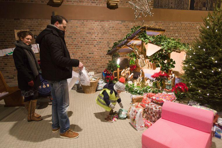 Mensen brengen geschenken voor gezinnen en kinderen in kansarmoede naar de kerk van Hees.