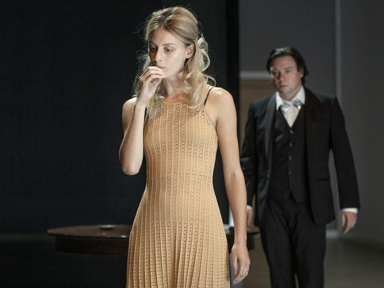 Claire Bender als Nora en Aus Greidanus Jr. als Torvald in 'Kinderen van Nora'. Beeld Jan Versweyveld