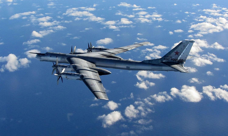 De twee Russische Bear bommenwerpers werden door Tyhoon-gevechtsvliegtuigen van de RAF weggeleid.