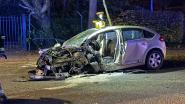 Auto wijkt af en knalt tegen boom: twee zwaargewonden