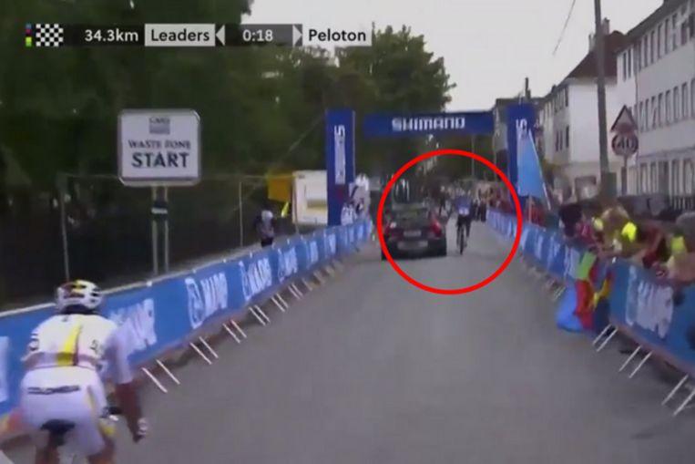 Gianni Moscon hangt aan auto op WK in Bergen.