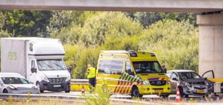 Bestelbus en personenwagen botsen op elkaar bij Nijkerk