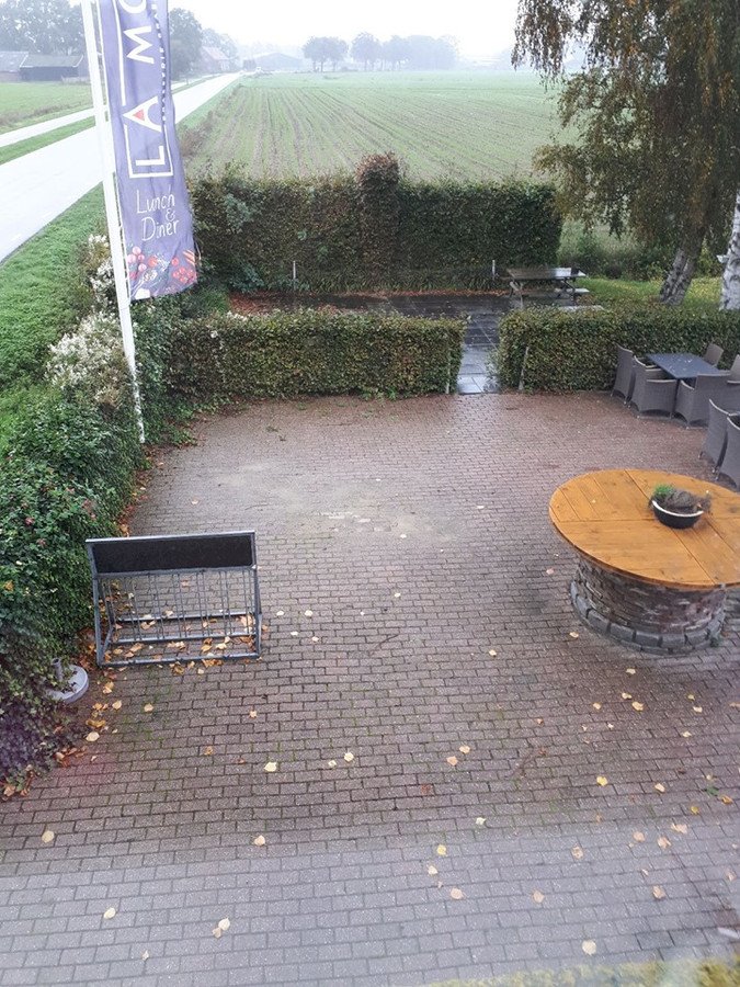 Het terras van Brasserie La Moer langs de Oirschotseweg in Moergestel