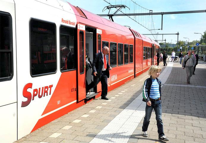 Archieffoto. Een van de treinen die wordt overgenomen, met de naam van oud-burgemeester Bandell boven de deur.