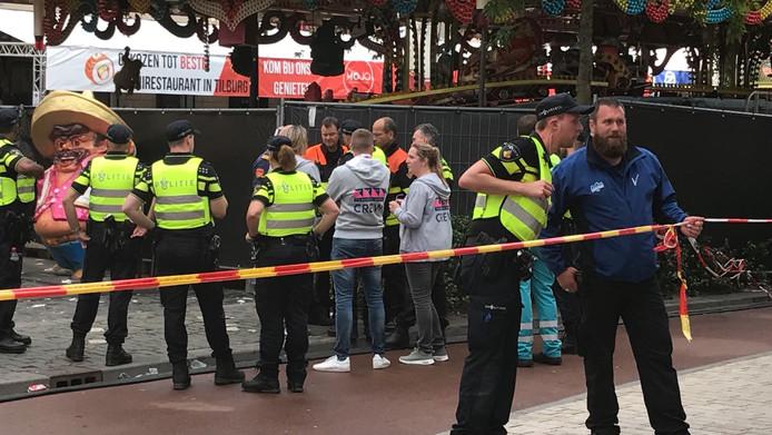 De politie overlegt bij de plaats van het ongeluk .