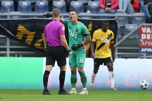Olij in discussie met arbiter Van der Laan.