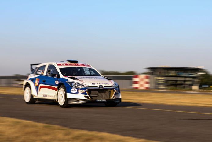 Bob de Jong reed vorige week in zijn Hyundai i20 R5 voor een promofilm alvast de eerste meters op Breda Airport.
