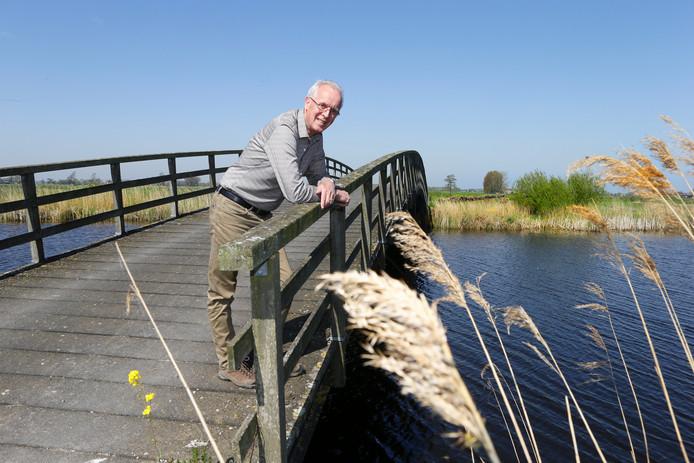 Jan Boele, voorzitter van de Historische Vereniging Binnenwaard, op een van de bruggen bij De Donk bij Brandwijk.