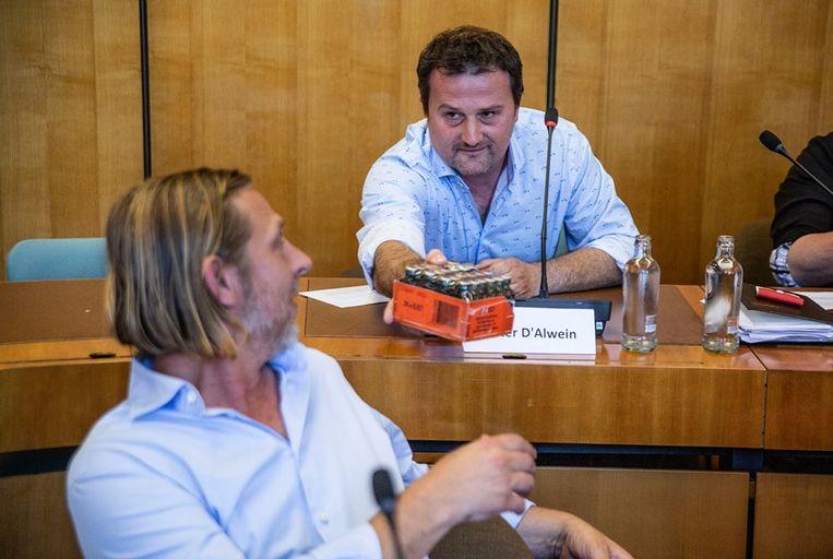 Dieter D'Alwein deelde de flesjes Jägermeister onder meer aan Nicolas Beugnies uit.