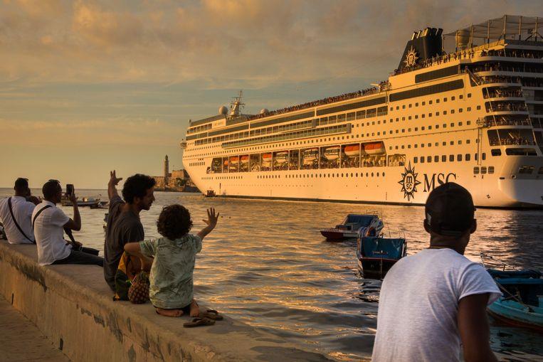 Het laatste cruiseschip verlaat de haven van Havana, Cuba.
