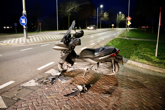 Een bestuurder van een motorscooter is gewond geraakt bij een ongeluk op de kruising van de Steenakker en de Blauwstraat in Oploo.