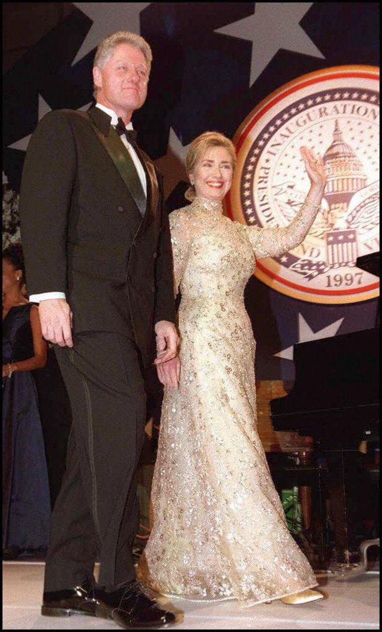 1997: Hillary Clinton in Oscar de la Renta. Beeld anp