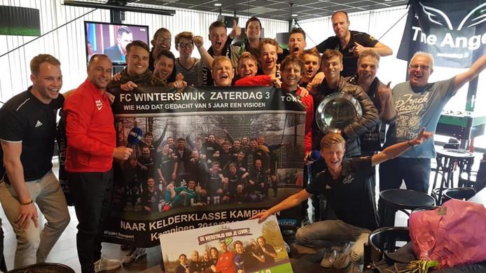 FC Winterswijk 3 viert feest na de bekendmaking van het winnen van de 'Wedstrijd van je Leven'.  In de rode shirt Ricky van den Bergh (links) en Marcel Meeuwis van tegenstander FC De Rebellen.