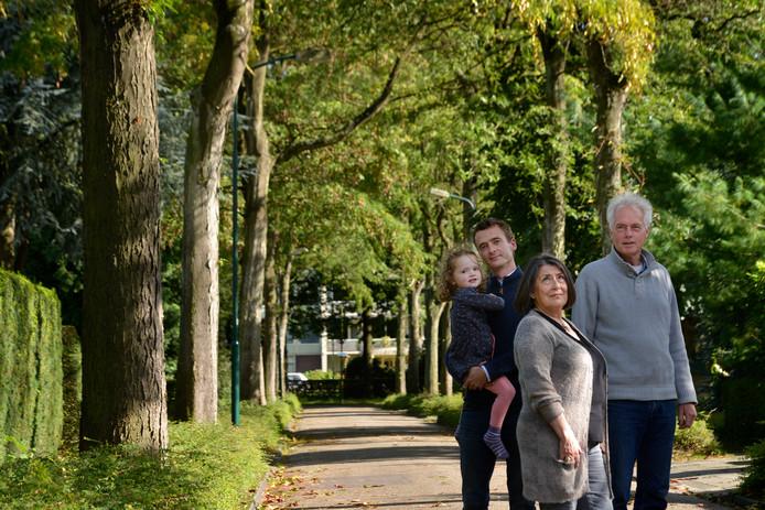 Tom Berkhout (met dochter Vera), Joyce Messchaert en Bas Sprengers protesteren namens de bewoners tegen de kap van bomen en willen de straten houden zoals ze nu zijn.