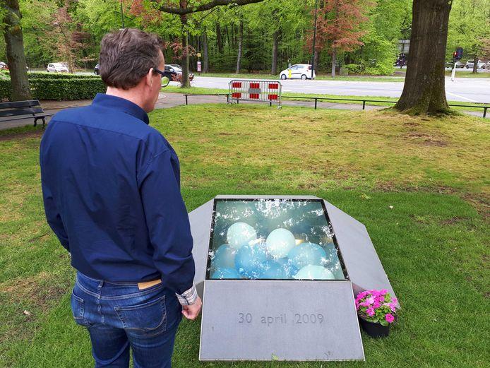 Jeroen Pol bij het gedenkteken voor de slachtoffers van de aanslag in Apeldoorn.