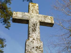 Le corps d'une défunte retrouvé posé sur sa tombe, deux adolescents soupçonnés de l'avoir déterré puis violé