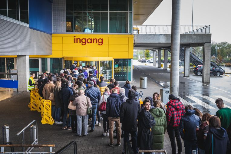 De wachtrij voor de collectie van Virgil Abloh in IKEA Gent.